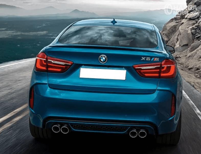 Gambar ini menunjukkan bagian belakang mobil BMW X6 M warna biru