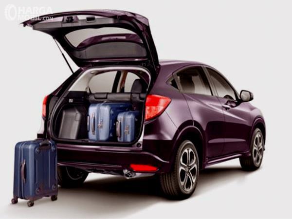 Gambar ini menunjukkan bagasi mobil Honda HR-V E 2014 dengan pintu bagasi terbuka