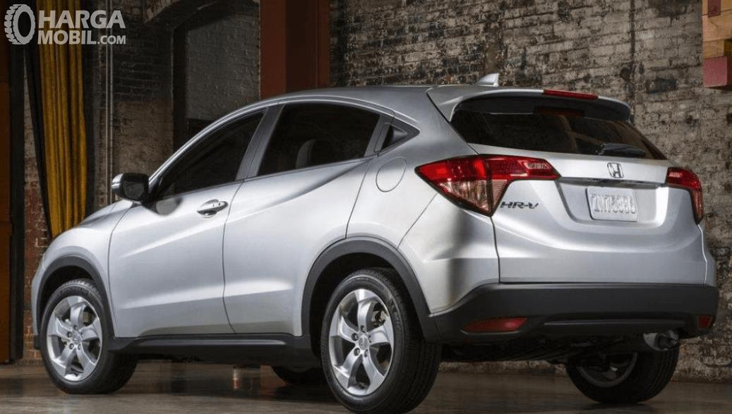 Gambar ini menunjukkan mobil Honda HR-V E 2014 tampak belakang dan samping kiri