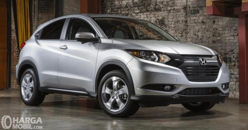 Gambar ini menunjukkan mobil Honda HR-V E 2014 warna silver tampak depan dan samping kanan