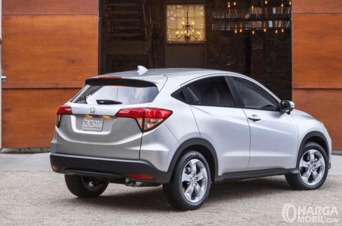 Gambar ini menunjukkan mobil Honda HR-V E 2014 tampak samping kanan dan belakang