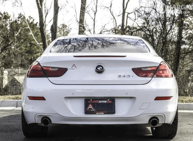 Gambar ini menunjukkan bagian belakang mobil BMW 640i Coupe 2012