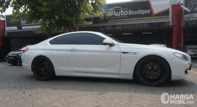 gambar ini menunjukkan bagian samping BMW 640i Coupe 2012