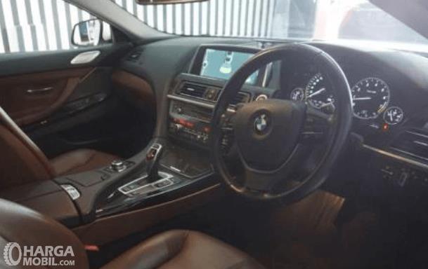 Gambar ini menunjukkan dashboard dan kemudi mobil milik BMW 640i Coupe 2012