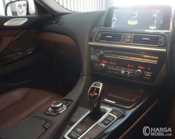 Gambar ini menunjukkan fitur pada dashboard BMW 640i Coupe 2012