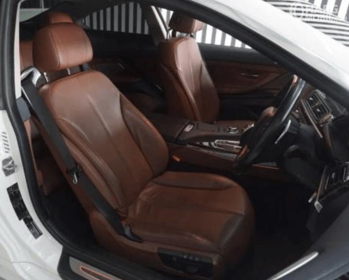 gambar ini menunjukkan jok baris depan BMW 640i Coupe 2012