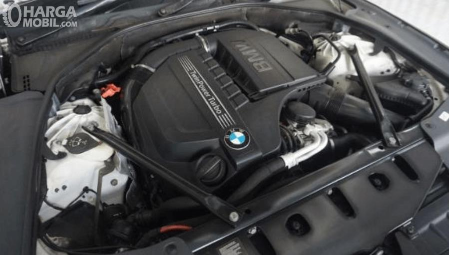 gambar ini menunjukkan mesin mobil BMW 640i Coupe 2012