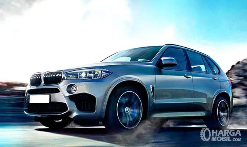 Gambar ini menunjukkan interior BMW X5 M tampak depan dan samping kiri