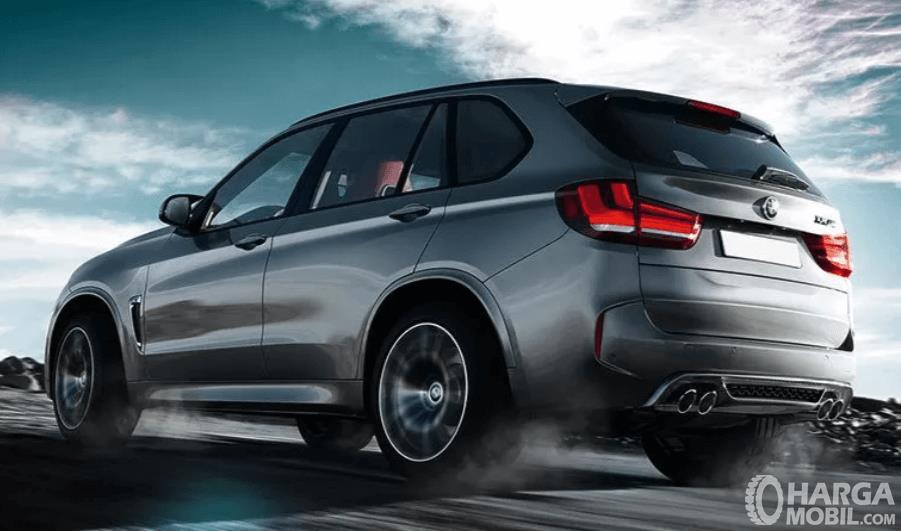 gambar ini menunjukkan mobil BMW X5 M tampak belakang dan samping kanan