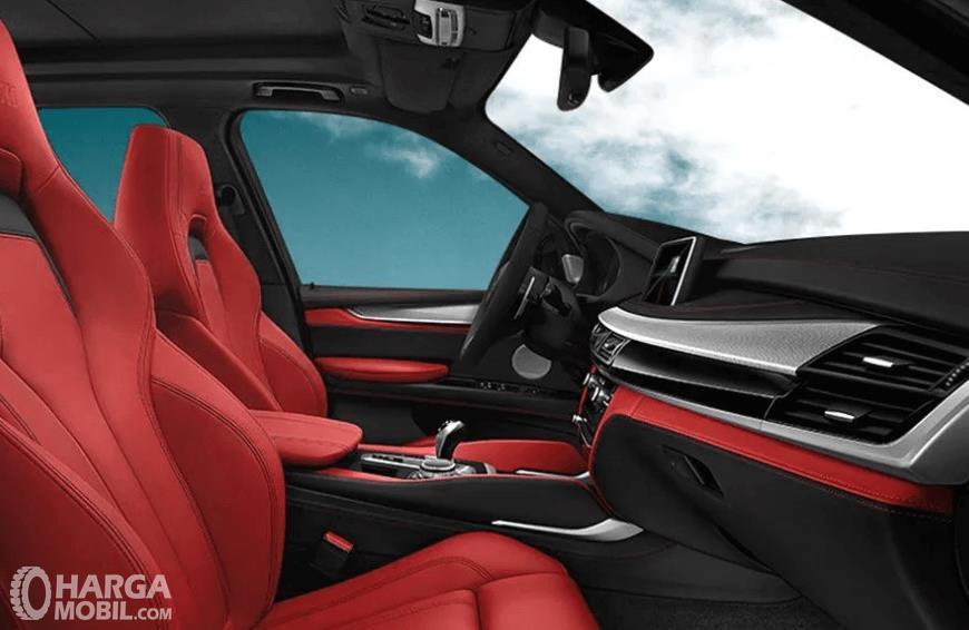 Gambar ini menunjukkan interior depan mobil BMW X5 M