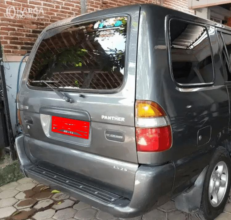Gambar ini menunjukkan bagian belakang mobil Isuzu Panther LS 2000