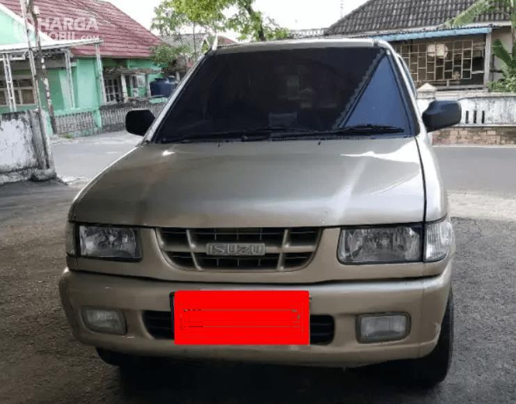 Gambar ini menunjukkan bagian depan mobil Isuzu Panther LS 2000