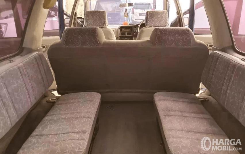 gambar ini menunjukkan jok mobil yang dimiliki Isuzu Panther LS 2000
