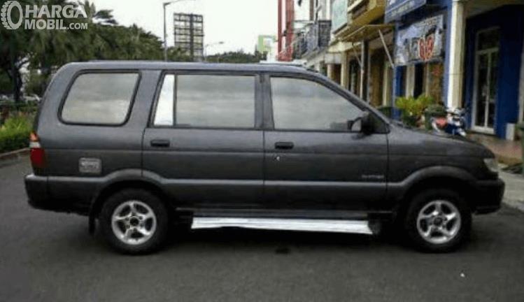 Gambar ini menunjukkan bagian samping mobil Isuzu Panther LS 2000