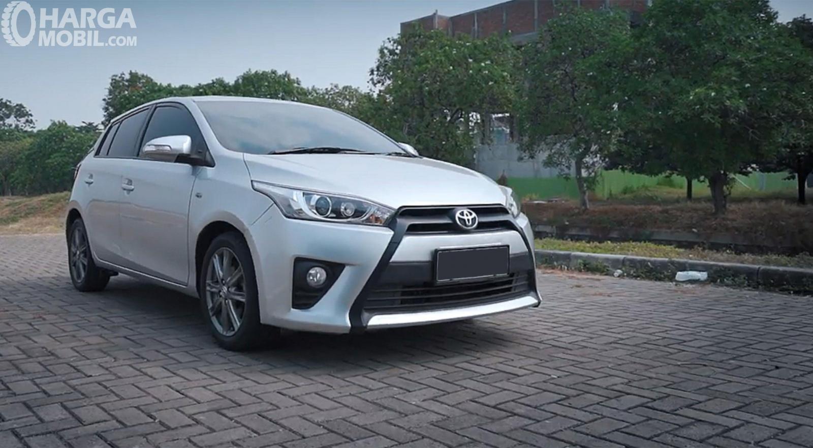 Eksterior Depan Toyota Yaris G AT 2014 menghadirkan lampu utama yang sayangnya masih halogen