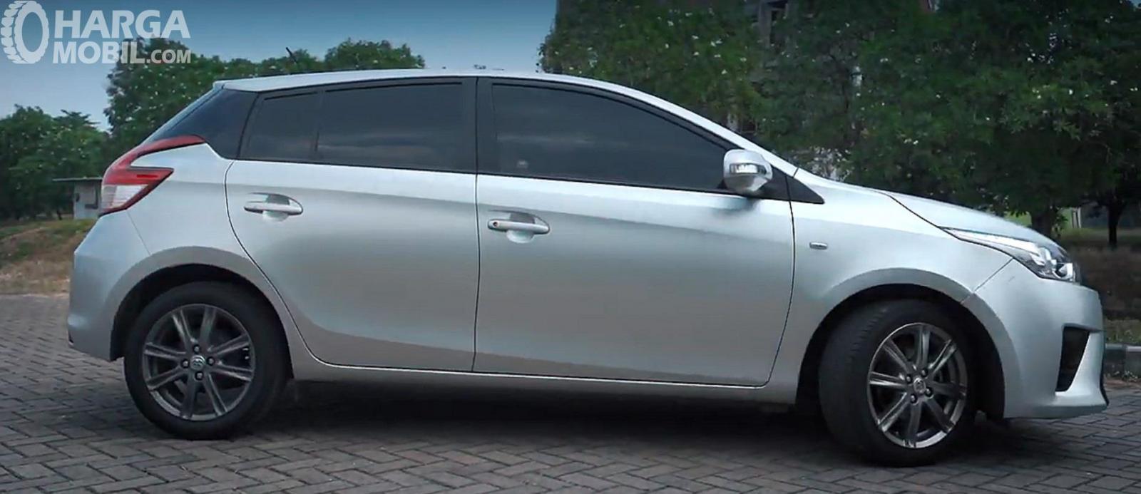 Eksterior Samping Toyota Yaris G AT 2014 tidak memiliki aksen sporty seperti Side Skirt