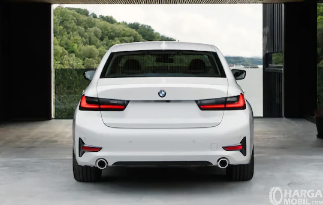 Gambar menunjukkan Tampilan belakang BMW 320i Sport 2019