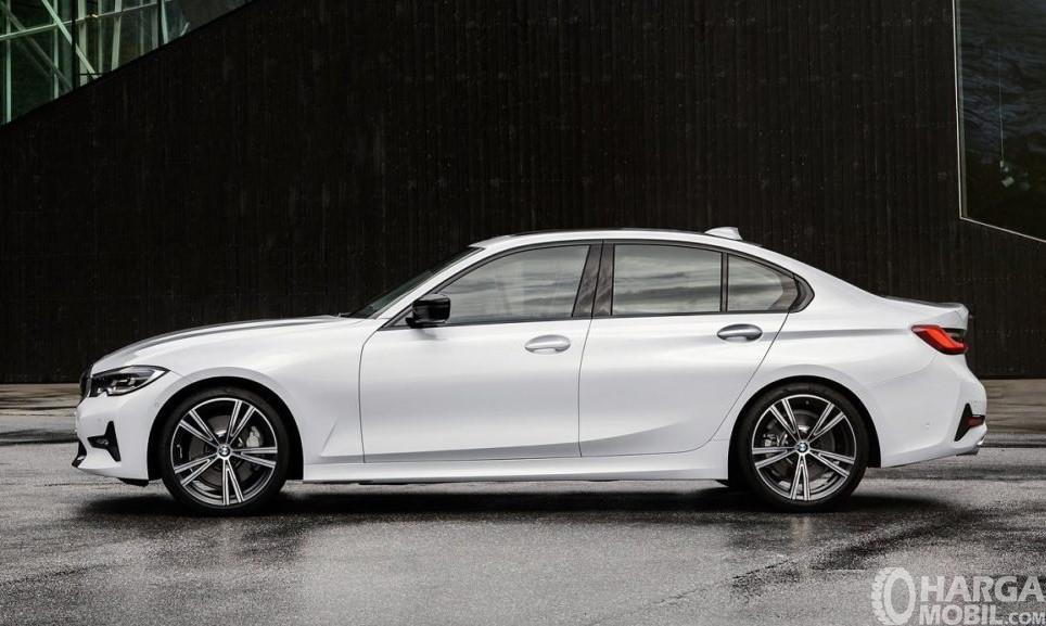 Gambar menunjukkan desain bagian samping BMW 320i Sport 2019