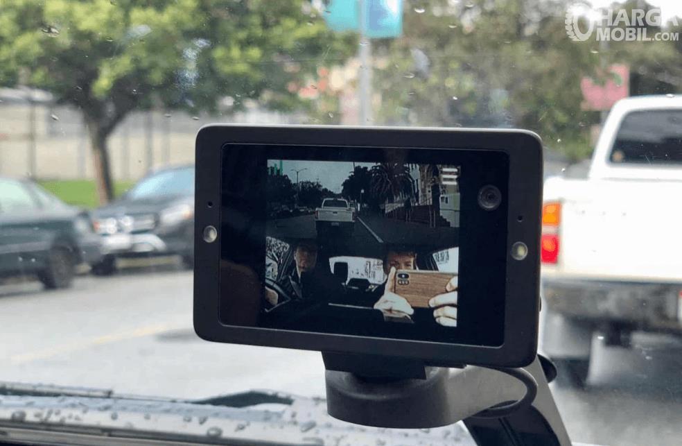 Gambar ini menunjukkan dashcam di atas dashboard dengan kamera 2 arah