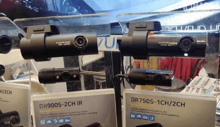 Gambar ini menunjukkan kamera dashcam yang dipajang di toko