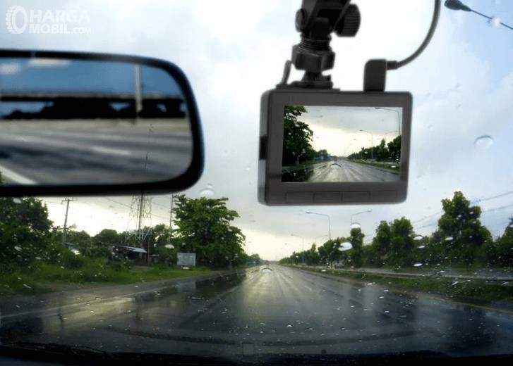 Gambar ini menunjukkan dashcam yang ditempelkan pada kaca mobi