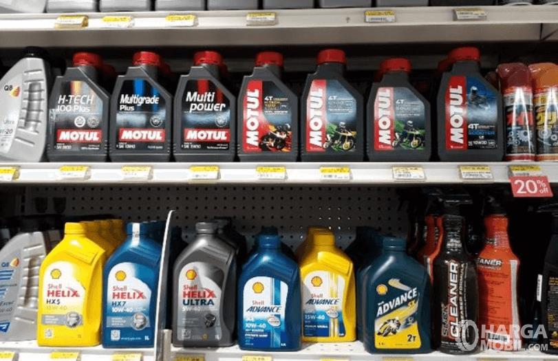 Gambar ini menunjukkan banyak oli yang dipajang di toko