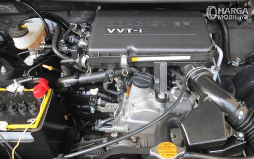 Gambar ini menunjukkan mesin pada mobil dengan banyak komponen di dalamnya