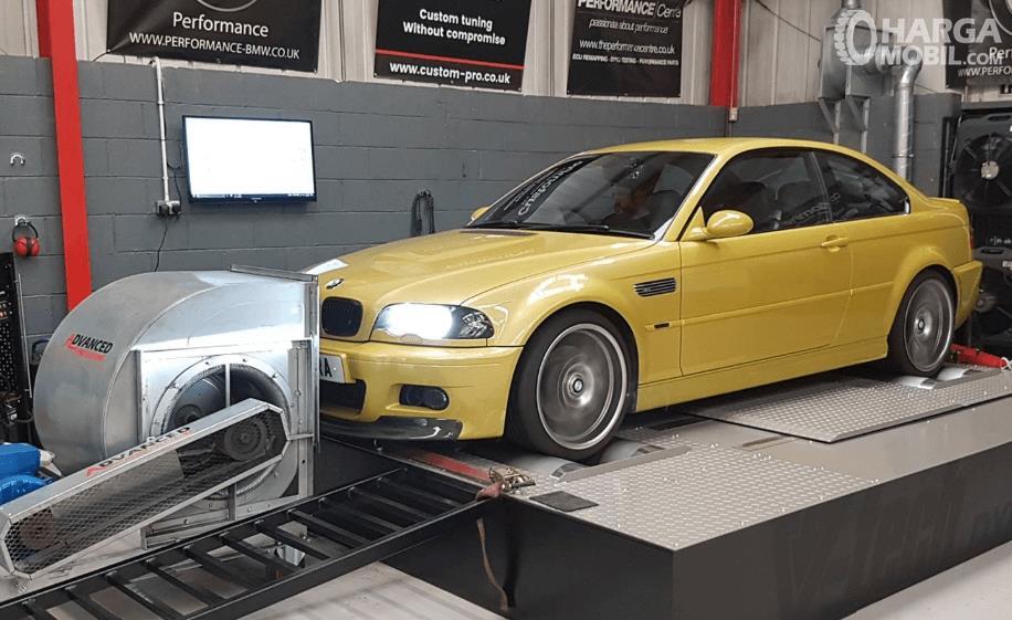 Gambar ini menunjukkan mobil warna kuning sedang dilakukan dyno test