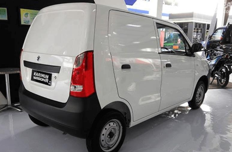 Gambar ini menunjukkan bagian samping mobil Suzuki Karimun Wagon R Blind Van 2015 warna putih