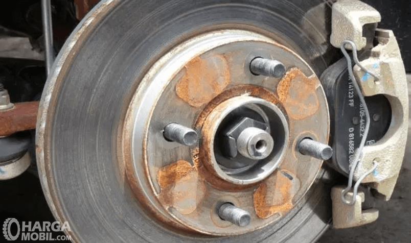 Gambar ini menunjukkan tromol pada roda mobil dengan 4 baut\