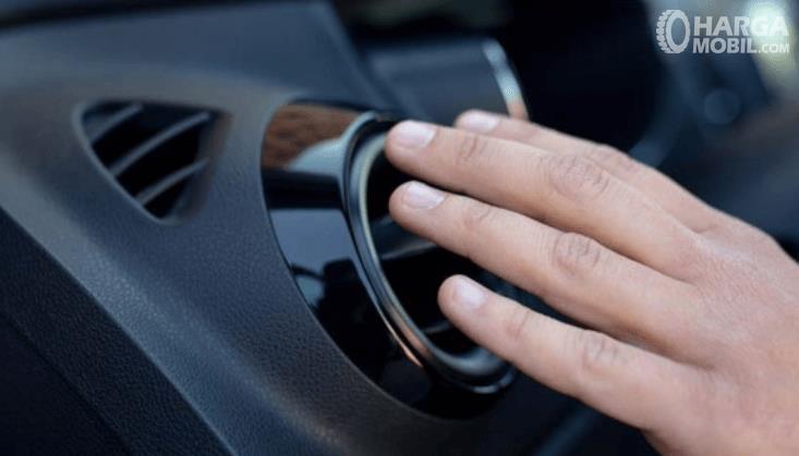 Gambar ini menunjukkan sebuah tangan meletakkan tangann