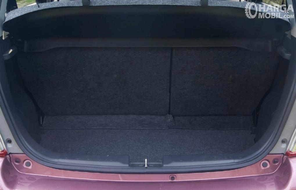 Gambar ini menunjukkan bagasi mobil Suzuki Celerio 1.0 CVT 2015