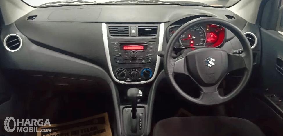 Gambar ini menunjukkan bagian dashboard dan kemudi mobil Suzuki Celerio 1.0 CVT 2015