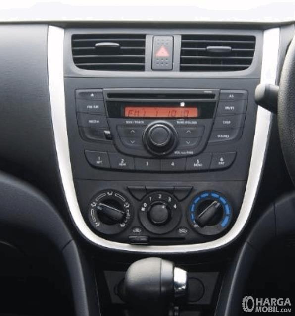 Gambar ini menunjukkan head unit pada mobil Suzuki Celerio 1.0 CVT 2015