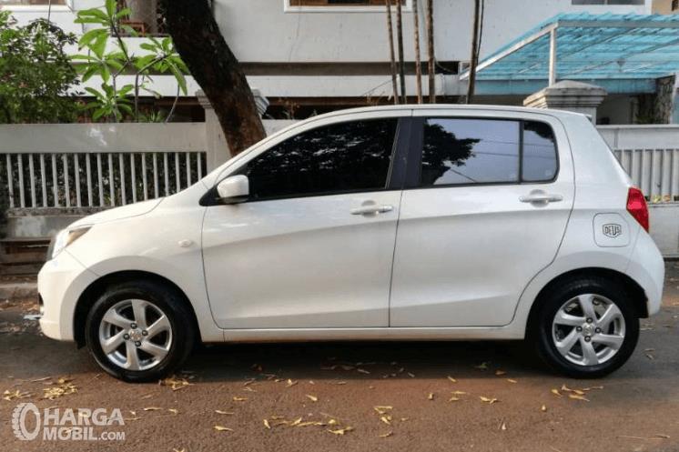Gambar ini menunjukkan bagian samping mobil Suzuki Celerio 1.0 CVT 2015 putih