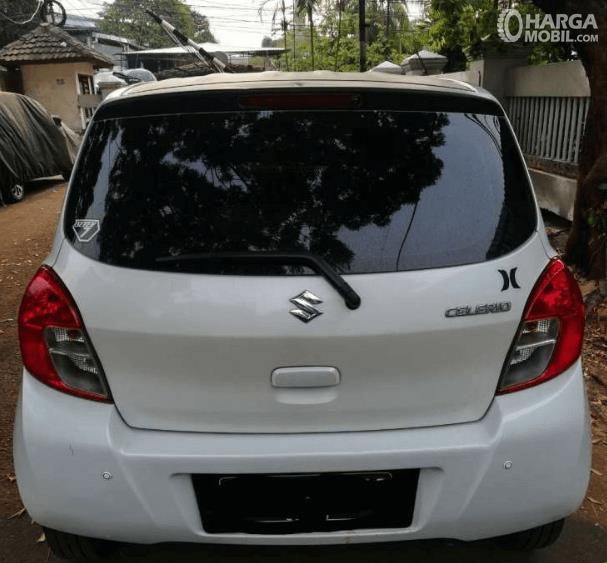 Gambar ini menunjukkan mobil Suzuki Celerio 1.0 CVT 2015 tampak belakang