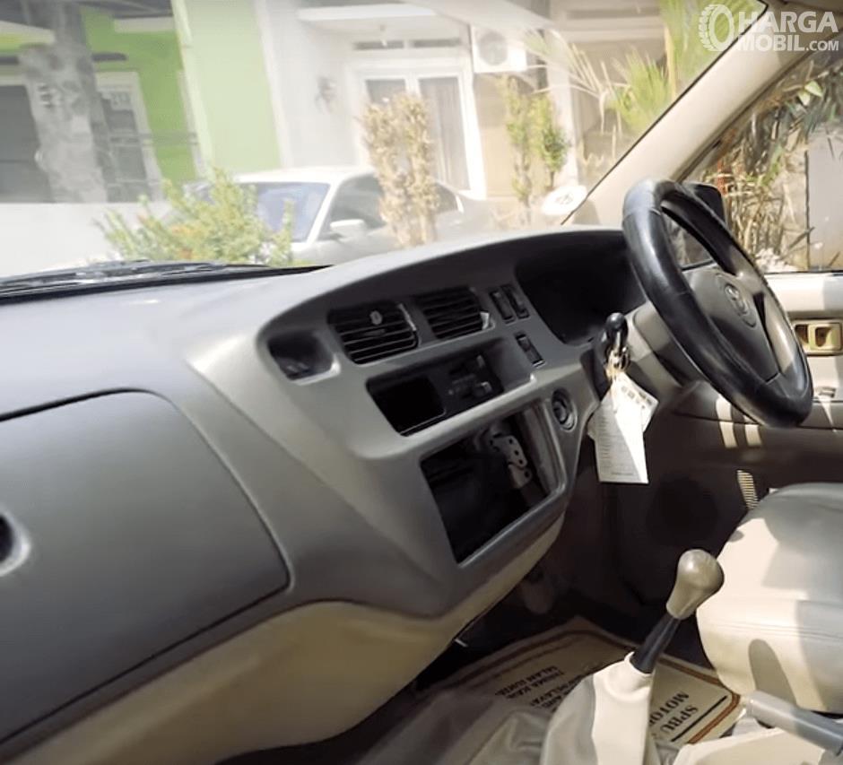 Gambar ini menunjukkan dashboard mobil dan kemudi Toyota Kijang LGX Diesel 2003
