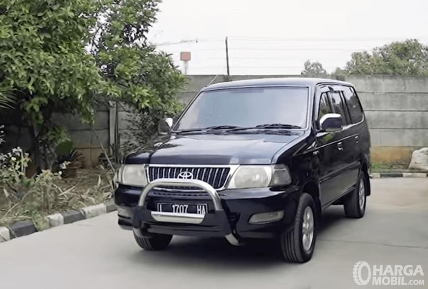 Gambar ini menunjukkan bagian depan mobil Toyota Kijang LGX Diesel 2003