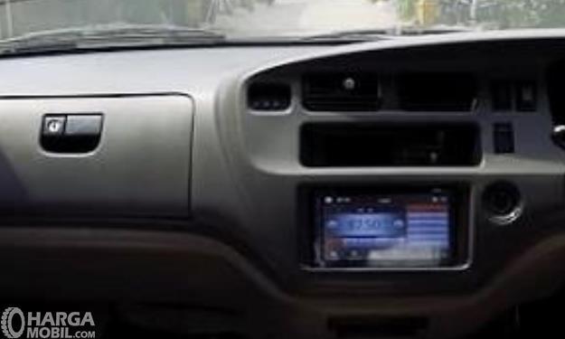 Gambar ini menunjukkan bagian head unit Toyota Kijang LGX Diesel 2003