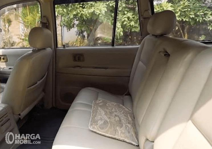Gambar ini menunjukkan jok mobil Toyota Kijang LGX Diesel 2003 baris kedua