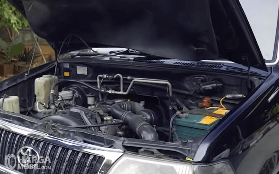 Gambar ini menunjukkan mesin mobil Toyota Kijang LGX Diesel 2003