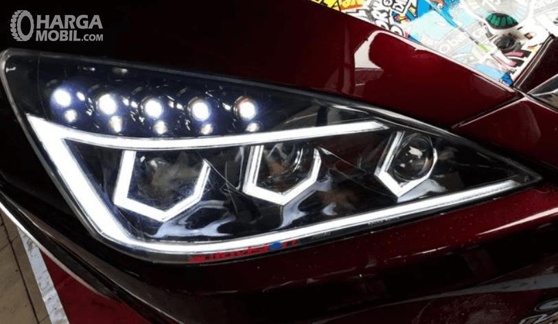 Gambar ini menunjukkan headlamp modifikasi