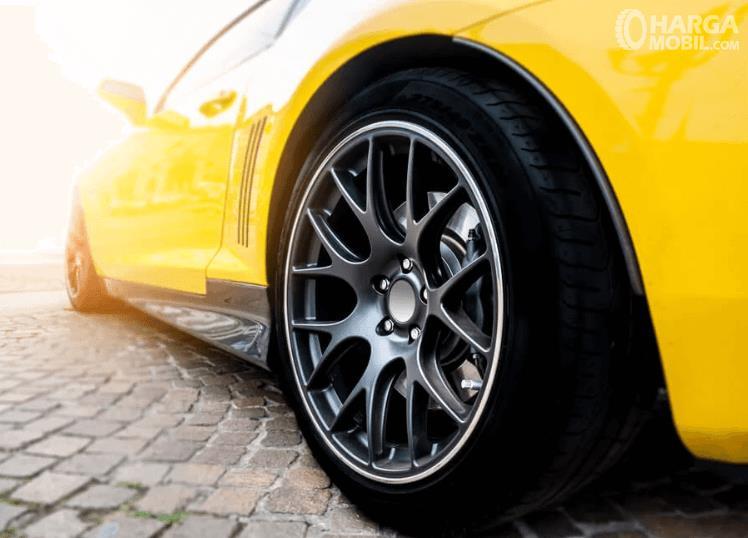 Gambar ini menunjukkan pelek keren pada mobil warna kuning