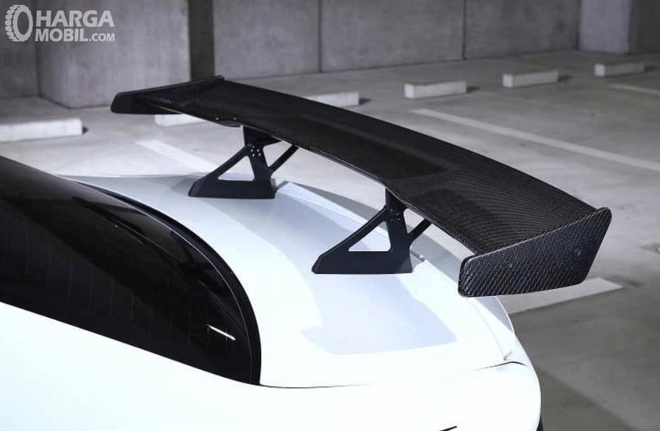 Gambar ini menunjukkan rear wing pada mobil warna putih