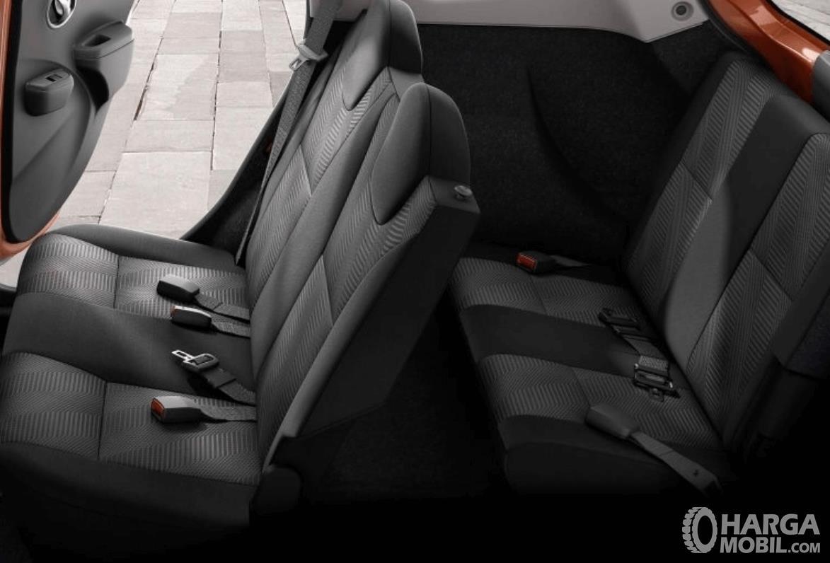 Gambar ini menunjukkan seat belt pada kursi baris kedua dan ketiga