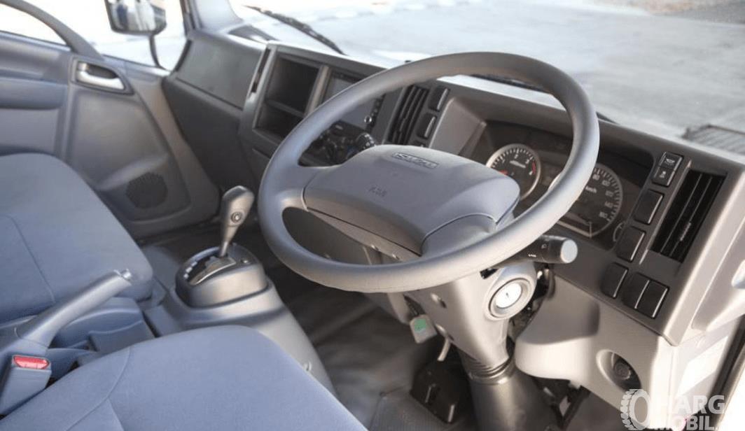 Gambar ini menunjukkan kabin mobil Isuzu NMR 71 HD 5.8 2016