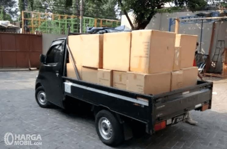 Gambar ini menunjukkan mobil Pick Up membawa barang