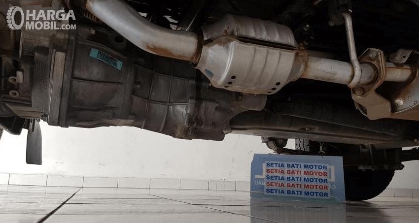 Gambar ini menunjukkan bagian bawah mobil pick up