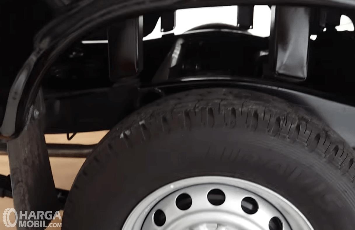Gambar ini menunjukkan roda mobil dan suspensi belakang mobil Pick Up