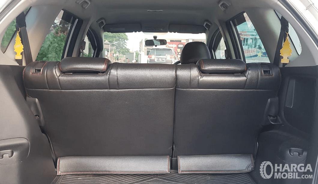 Gambar ini menunjukkan bagasi mobil Honda Jazz 2010 tampak jok belakang